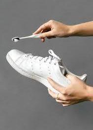 Vệ sinh giày thể thao nam màu trắng đúng cách